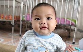 Hình ảnh mới nhất về bé trai 7 tháng bị mẹ bỏ rơi, được nữ cảnh sát cho bú