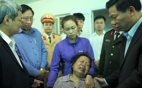 Mẹ khóc ngất khi con trai duy nhất chết trong vụ nổ xe khách