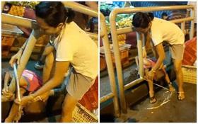 Phẫn nộ bà mẹ dùng chân ấn đầu con xuống đất, lấy dây buộc con vào rào chắn