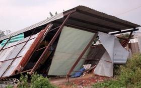 Hơn chục căn nhà bị tốc mái, sập tường trong dông lốc ở Sài Gòn