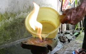 Giếng khoan có dòng khí lạ, khi đổ nước càng phực lửa
