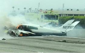 Máy bay Mỹ rơi xuống xa lộ, quệt vào ô tô và bốc cháy dữ dội