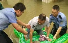 Trung Quốc: Cảnh sát dùng phao đồ chơi cứu dân thoát lũ