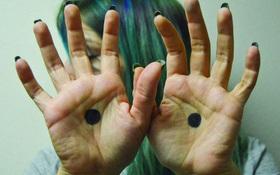 Nhiều phụ nữ được cứu nhờ hình ảnh dấu chấm đen trong lòng bàn tay, ý nghĩa của nó rất nhân văn