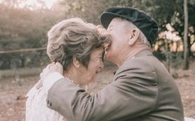 Điều ngọt ngào của ông bà cụ sau 60 năm kết hôn chưa từng có cơ hội chụp ảnh cưới