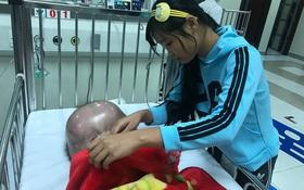"""Mẹ của bé trai sinh ra có đầu to như quả bóng: """"Chồng và gia đình chồng đều bỏ mẹ con tôi"""""""