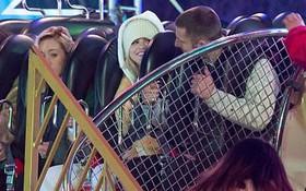 Vắng Justin Bieber, Selena Gomez bị bắt gặp cười đùa với trai lạ tại công viên giải trí