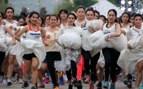 24h qua ảnh: Cô dâu chạy thi trên đường phố ở thủ đô Thái Lan
