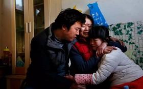 """""""Con không muốn trở thành gánh nặng của bố mẹ"""", bé gái 14 tuổi muốn từ bỏ trị bệnh vì gia đình quá nghèo"""