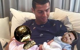 Ảnh chế: Ronaldo một tay bế Quả bóng vàng, một tay ẵm... Messi