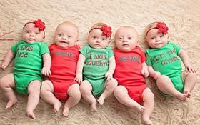 Cặp sinh năm siêu đáng yêu chào đón Giáng sinh đầu tiên trong đời