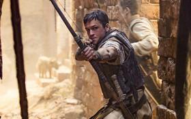 """Đặc vụ Kingsman Taron Egerton bụi bặm, phong trần trong tạo hình """"Robin Hood"""""""