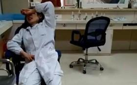 Làm phật ý mẹ bệnh nhi, nữ y tá bị đánh đập và đá vào bụng đến gần sẩy thai
