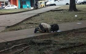 Bức ảnh em bé nghèo quỳ gối, uống vũng nước trên đường khiến cả thế giới rúng động