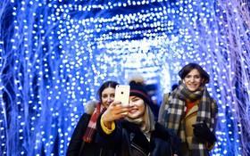 Giáng sinh rực rỡ muôn sắc màu trên toàn thế giới: Hân hoan niềm vui và bao lời chúc nhau an lành!