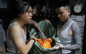 Chùm ảnh: Nhóm thợ xăm ở Sài Gòn hóa thành ông già Noel để tặng quà cho người lang thang đêm Giáng sinh