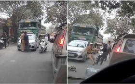 Hà Nội: Hai người đàn ông lao vào kéo chiến sỹ CSGT để xe tải vi phạm chạy thoát