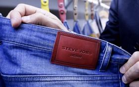 Đây là quần jeans mang thương hiệu Steve Jobs, Apple dù tức lắm nhưng không thể làm gì