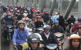Huế: Cầu Trường Tiền ùn tắc kinh hoàng, người dân điều khiển xe lên cả phần đường của người đi bộ