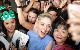 HLV The Face Mỹ - Coco Rocha xuất hiện rạng rỡ, cười thân thiện trong vòng vây fan tại Tân Sơn Nhất
