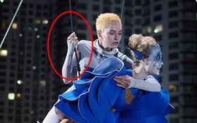 """Bi hài chuyện """"Next Top Ukraine"""" chụp ảnh để nguyên dây bảo hộ treo thí sinh lủng lẳng"""
