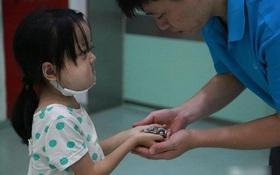 Bé 7 tuổi nguyện từ bỏ cơ hội được điều trị bệnh nguy hiểm để dành tiền cứu chữa cho em gái 1 tuổi