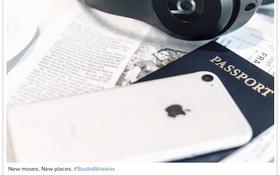 """Apple bất ngờ để lộ iPhone 7 """"màu lạ"""" trong ảnh quảng cáo tai nghe Beats?"""