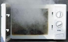 8 điều cấm kỵ khi dùng lò vi sóng nếu không muốn bị ngộ độc hay cháy nổ