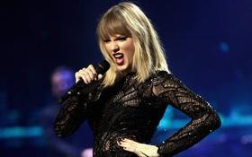 """Taylor Swift diện đồ xuyên thấu hát cả loạt hit trong """"concert duy nhất của 2017"""""""
