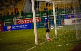 Quay lưng không thèm bắt penalty, thủ môn Long An bị cấm thi đấu 2 năm