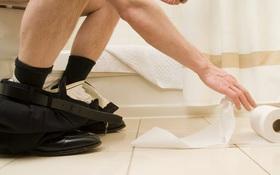 Cứ làm điều này trong toilet, bạn đang mạo hiểm với sức khỏe của chính mình