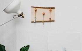Biến tấm gỗ thành bảng treo chìa khóa gọn gàng với cách làm cực đơn giản