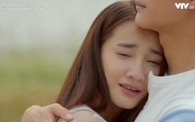 Junsu (Kang Tae Oh) ôm Linh (Nhã Phương) đang sụt sùi hạnh phúc