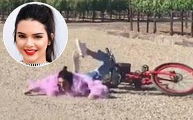 Kendall Jenner ngã sấp mặt xuống đường trong lúc lái xe đạp