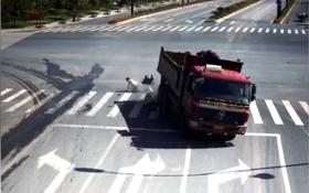 Khoảnh khắc người đàn ông thoát chết thần kỳ trong gang tấc va chạm với xe tải