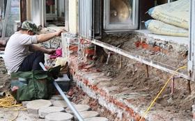 Thay vì lấn chiếm vỉa hè, nhiều người dân Hà Nội đã xây bậc tam cấp lùi vào trong nhà