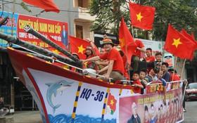 CĐV Thanh Hóa đóng thuyền đi trên cạn thẳng tiến về nhà thủ môn Tiến Dũng để cổ vũ tuyển U23 VN