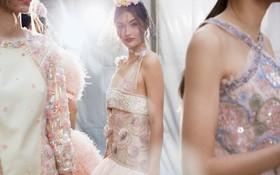 Được chạm tay vào thiết kế Haute Couture đính hơn 120.000 viên đá này thì quả là diễm phúc!