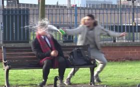 Quay video cười cợt người đi đường khi bị tạt axit giả, Youtuber nổi tiếng bị lên án dữ dội trên MXH