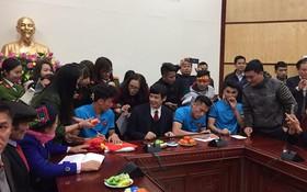 Anh em Tiến Dũng và trung vệ Lê Văn Đại được UBND tỉnh và các doanh nghiệp tại Thanh Hóa trao tặng 500 triệu đồng