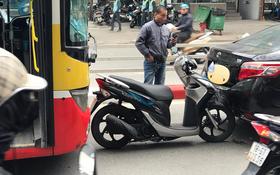 Hà Nội: Xe Vision bị xe bus dồn toa, cắm cứng vào đuôi ô tô con