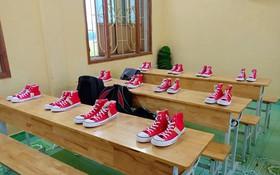 Xôn xao bức ảnh lớp học rich kids tặng 20/10 các bạn nữ mỗi người một đôi giày Converse bằng tiền tiết kiệm và phụ huynh hỗ trợ