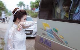 """Phía sau bức ảnh cô dâu lau nước mắt chào người thân về nhà chồng: """"Mẹ mình bị ung thư, từ giờ ai sẽ đưa mẹ đi viện..."""""""