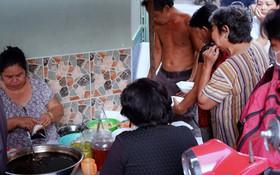 """Tiệm ăn hàng 30 năm của dì Gái """"chịu chơi"""" nhất Sài Gòn, mỗi ngày bán trong 1 giờ là hết veo"""