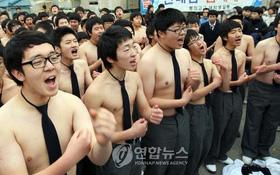Các em khoá dưới cổ vũ anh chị lớp 12 thi ĐH ở Hàn Quốc: Cởi trần, quỳ lạy, hú hét như fan cuồng đón idol