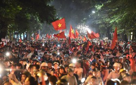 Hàng triệu CĐV cả nước ùa ra đường ăn mừng sau chiến thắng 2-0 của đội tuyển Việt Nam trước Malaysia