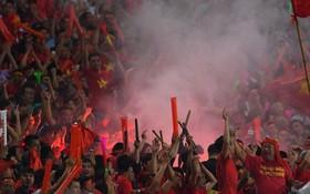 Đút lót để vào sân, đốt pháo sáng trả đũa VFF: Thật buồn cho những người nhân danh tình yêu bóng đá