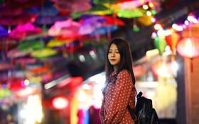 """Hà Nội xuất hiện """"con đường ô"""" lãng mạn như ở Bồ Đào Nha, người dân ùn ùn kéo đến chụp ảnh"""