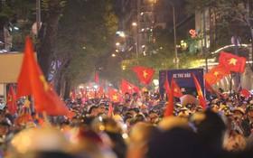 Dù tiếc nuối nhưng CĐV vẫn tràn xuống đường sau trận đấu quật cường giành tỷ số 2-2 của Việt Nam trên sân khách