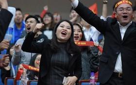 Kết thúc hiệp 1 với tỷ số 2-1, hàng chục nghìn sinh viên vỡ oà sung sướng, hy vọng Việt Nam sẽ giành chiến thắng trước Malaysia